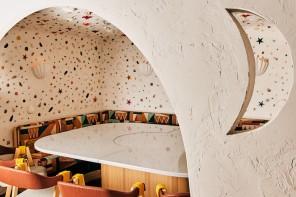 Sabbaba, a Ibiza il ristorante tra atmosfere hippy, luci al neon e grotte di conchiglie