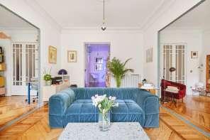 Piante tropicali, tanta luce e fascino vintage per una casa a Madrid